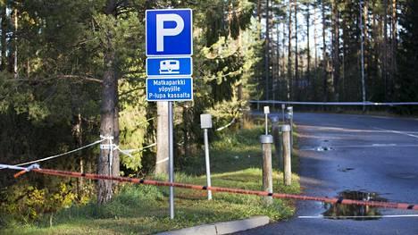 Poliisi oli eristänyt löytöpaikalla laajoja alueita.