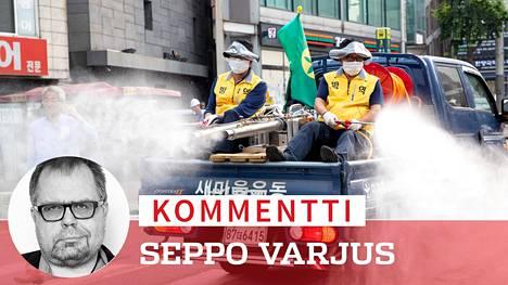 Soulissa ruiskutetaan desinfiointiainetta kadulla. Hyvin selvinneessä Etelä-Koreassa koronavirus on alkanut levitä uudestaan.