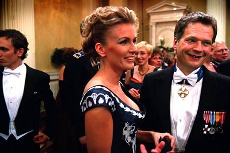 Tanja Karpela ja Sauli Niinistö olivat kuvattu pariskunta Linnan juhlissa. Kuva vuodelta 2001.