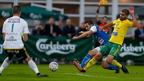 RoPSin Albert Prosa pyrki Ilveksen Mika Hilanderin vartioimalle maalille Pavle Milosavljevicin estellessä Veikkausliigan ottelussa Tammelan stadionilla.