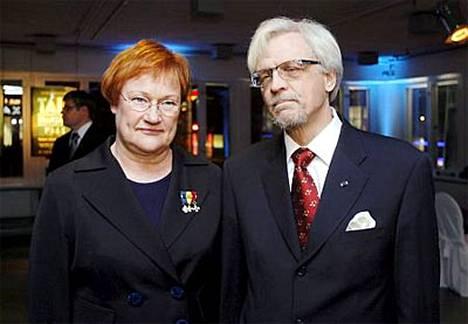 Kutsuvierasnäytäntöön miehensä tohtori Pentti Arajärven kanssa saapunut tasavallan presidentti Tarja Halonen oli tyylikäs housuasussaan.