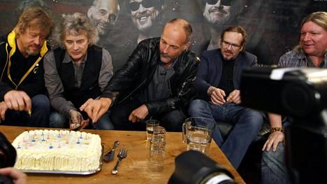 Martti Syrjä, Juha Torvinen, Aku Syrjä, Mikko Syrjä ja Sami Ruusukallio sekä kakku, jossa oli 39 kynttilää eilen.