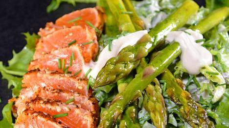 Salaatti voi olla kokonainen ateria tai lisuke, Kaisa Sillanpää kirjoittaa tuoreessa kirjassaan. Kuvassa kirjassa oleva parsa-lohipastramisalaatti.