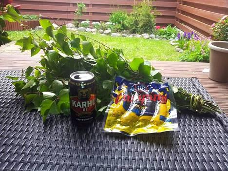 Klassisia juhannuspöydän antimia Tuusulassa.