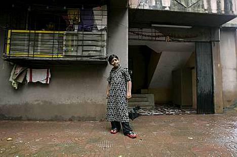 Azharuddin Mohammed Ismail poseeraa uuden kotinsa edessä Mumbaissa.