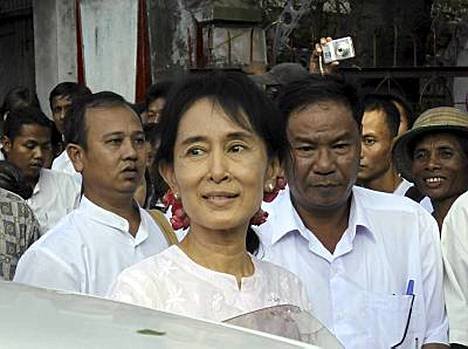 Suu Kyi kuvattiin poistumassa puolueensa päämajasta maanataina.