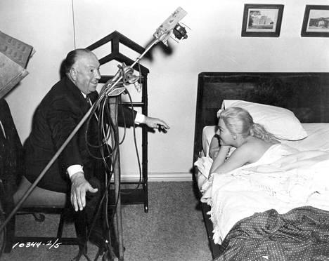 Hitchcock ohjaamassa Kim Novakia.