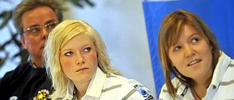 Noora Räty (kesk.) paljasti päästäneensä tarkoituksella Kimi Räikkösen laukauksen maaliin.