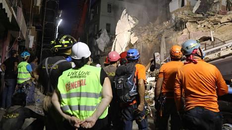 Chileläiset ja libanonilaiset pelastajat etsintätöissä perjantaina.