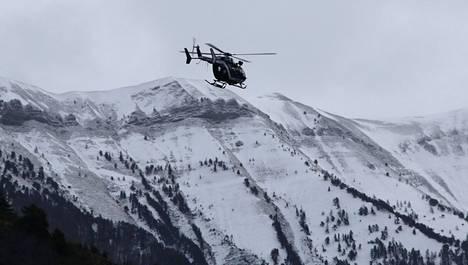 Ranskalainen pelastushelikopteri turmapaikan lähistöllä.