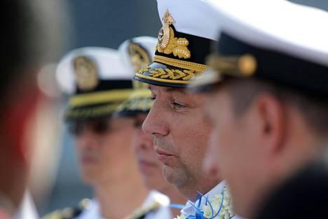 Venäjän laivaston kontra-amiraali Eduard Mihailov (keskellä) puhui tiedotusvälineille Manilan satamassa tiistaina.