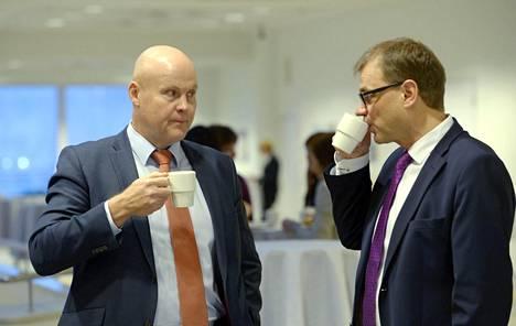 STTK:n puheenjohtaja Antti Palola ja pääministeri Juha Sipilä. Työmarkkinataistoon etsitään kulissien takana ratkaisua, mutta Palola pisti maanantain jäitä hattuun pikaista sopua odottavilel.