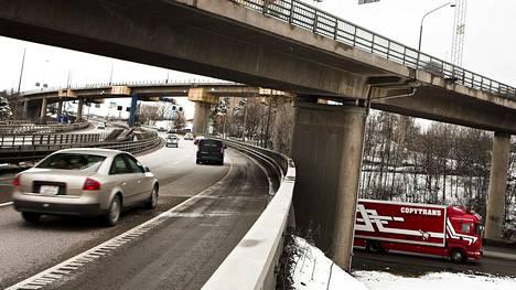 Dieselautojen koventuneista maksuista on ryhdytty puhumaan Ruotsissa jo yleisesti rangaistusveroina (straffskatt). Kuva Tukholmaa sivuavalta E4-valtatieltä.