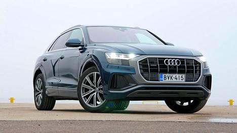 Audi Q8 on edustusluokan SUV, joka on samalla kertaa ripeää kiihtyvyyttä myöten urheilullinen pakkaus. Led-ajovalot tulevat vakiona. Lisävarusteena saa HD Matrix ledit.