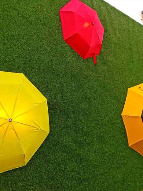 Sateenvarjot ovat hauska koriste talossa.