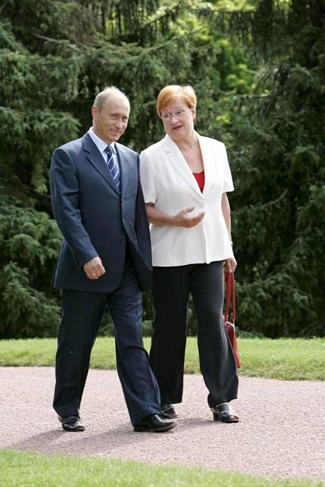 Vladimir Putin ja Tarja Halonen keskustelevat vuonna 2005 Kultarannassa.
