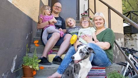 – Minä olen perheemme sisustaja, Simolle käy kaikki, Tiina Haring kertoo. Lapsista vanhin on kylässä kaverilla, mutta kaksoset, näiden eskariin menevä isoveli ja Kasi-koira malttavat poseerata hetken vanhempien kanssa.