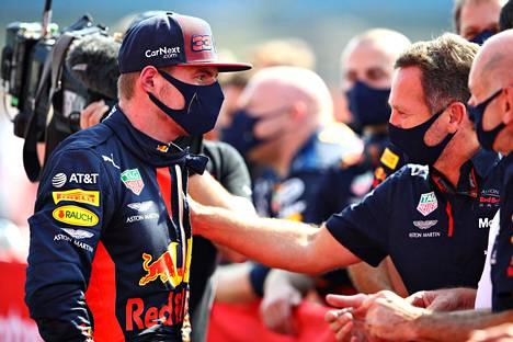 Max Verstappen juhlimassa Iso-Britannian GP:n voittoaan tallipomo Christian Hornerin kanssa elokuussa.