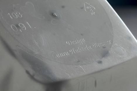 Vanhimmissa rasioissa lukee pohjassa suunnittelijan nimi.