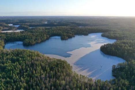 """Orajärvi. """"Lempijärveni tammikuussa puolittain jäätyneenä. 87 metriä merenpinnan yläpuolella oleva kirkasvetinen järvi on tunnettu etelärannalla olevasta kivimuodostelmasta, joka tuo mieleeni Pääsiäissaaren tai Stonehengen."""""""