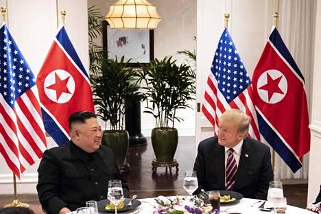 Yhdysvaltain presidentti Donald Trump (oik.) ja Pohjois-Korean johtaja Kim Jong-un illallistivat keskiviikkoiltana Metropole-hotellilla.