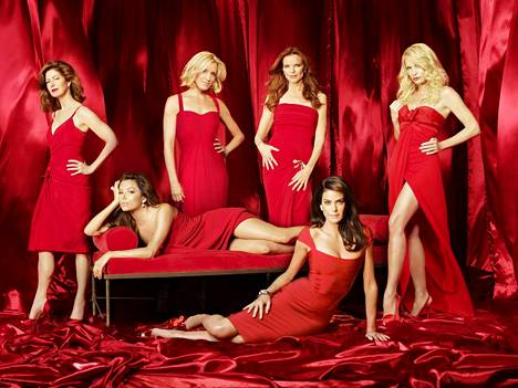 Cross nousi valtavaan suosioon Täydelliset naiset -sarjan Bree Van De Kampina. Hänen rinnallaan sarjassa nähtiin Dana Delayney (vas.), Eva Longoria, Felicity Huffman, Teri Hatcher ja Nicolette Sheridan.