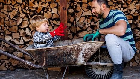 Maaseudulla lapset altistuvat monipuolisemmin ympäristön bakteereille, minkä ajatellaan ohjaavan immuunipuolustusta oikeaan suuntaan ja vähentävän allergioiden, tyypin 1 diabeteksen ja muiden autoimmuunisairauksien vaaraa.