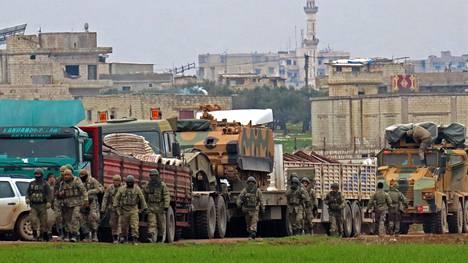Turkkilaisia sotilasajoneuvoja Luoteis-Syyriassa Idlibin alueella keskiviikkona.