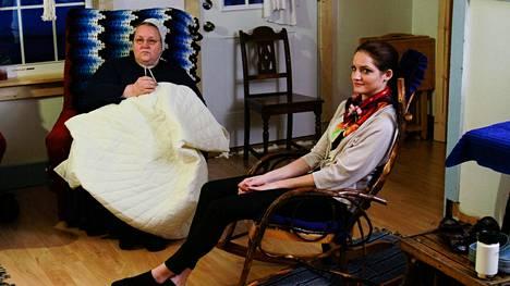 Breaking Amish -alkuperäissarjan viidestä nuoresta Kate Stoltzfus on nykyään tunnettu mallina, suunnittelijana ja tv-persoonana. Hän on hyötynyt amissiaikojen ompelutaidoistaan kehittäessään Kate Stoltz -naistenvaatemallistoa. Kuvassa myös amissimatriarkka Mary. Return to Amish tiistaisin TV5:llä.