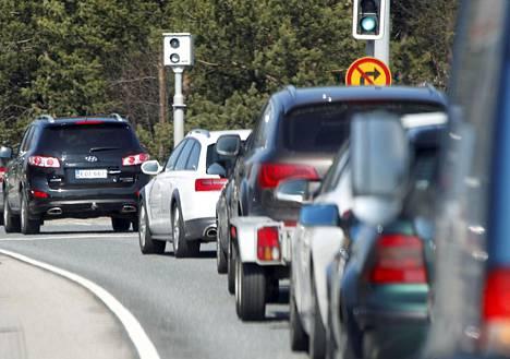 Automaattivalvontalaitteistoilla valvotaan ajoneuvojen nopeuksia ja liikennevaloissa punaisia päin ajamista.