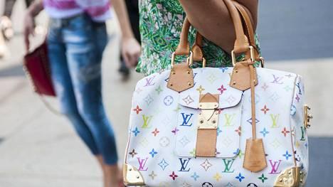 2000-luvulla kalliin laukun piti näkyä kaikille, joten veskat koristettiin luksusmerkkien logoilla.