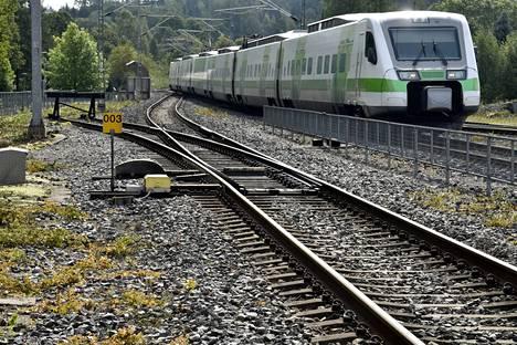 Suomi-rata ja Turun tunnin juna saavat rahoitusta, mutta vihreissä toivotaan myös pohjoisen rataosuuksiin panostuksia. Kuvan juna lähestyy Salon rautatieasemaa.