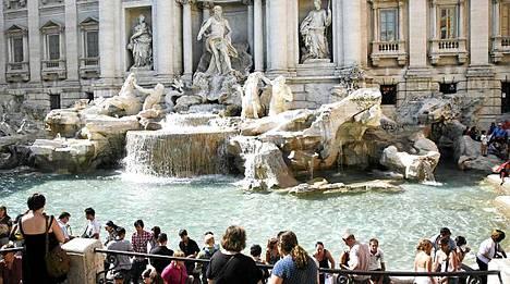 Fontana di Trevin liepeillä käy aina kuhina.