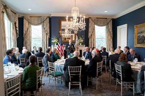 Varapresidentti Mike Pence ja tämän Karen-puoliso isännövät aamiaista Irlannin pääministerin Leo Varadkarin vieraillessa viime vuonna varapresidentin virka-asunnolla.