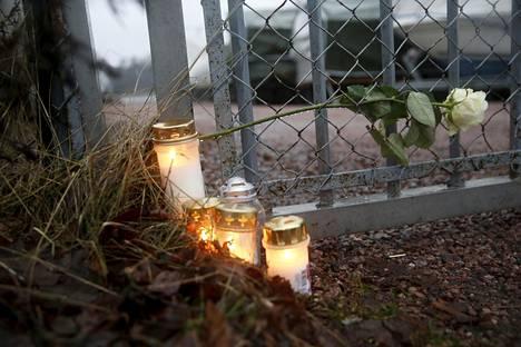Helsingin Humallahden venekerhon läheisyydessä sytytettiin helmikuussa kynttilöitä Miikka Leinosen muistoksi.