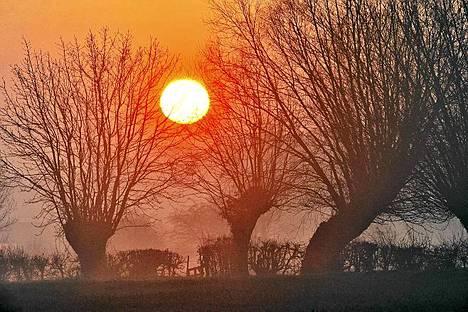 Eteerinen auringonnousu kuvattuna Pohjois-Ranskassa.