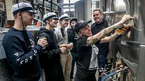 Hävikkileivästä olutta tekevä ryhmä kokoontui Olarin Panimolle. Paikalla olivat Aalto-yliopiston opiskelijat Joel Knorn, Jusa Annevirta, Mikael Nuotio, Olarin Panimon Ville Leino ja Hanna Montonen sekä K-kauppias Aleksi Tapani.