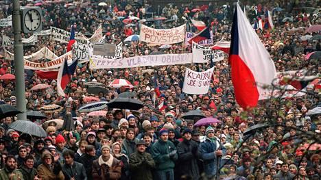 Nuoria mielenosoittajia Prahassa 22. marraskuuta 2019.