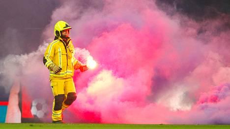 Vihaisten fanien käytös pakotti keskeyttämään huippuottelun – sankka savu peitti nurmen