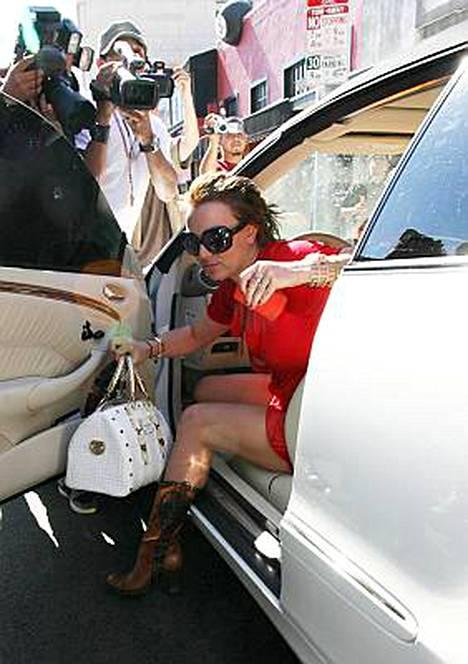 Kun Britney nousee autosta, paparazzit ovat tarkkana.
