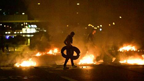 Protestoijat polttivat renkaita Rosengårdin lähettyvillä.