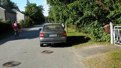 Näin auto olisi pitänyt pysäköidä.