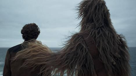 Nuorta Han Soloa ja Chewbaccaa näyttelevät Aldon Ehrenreich ja Joonas Suotamo.