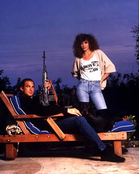 Steven Seagal tunnetaan mahtipontisista toimintaelokuvistaan. Kuva vuoden 1990 Hard To Kill -elokuvasta. Vierellä näyttelijä Kelly LeBrock.