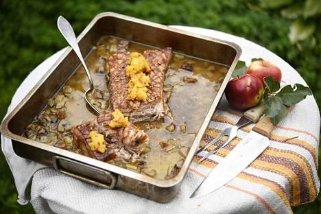 Fenkolista, omenasta, sipulista ja valkoviinistä muodostuu rapealle possunkyljelle upea kastike.
