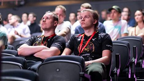 """Aleksi """"Aleksib"""" Virolainen (oikealla) pelasi viimeiset ENCE-pelinsä elo-syyskuun vaihteessa Major-turnauksessa. Vieressä ENCE-valmentaja Slaava """"Twista"""" Räsänen."""