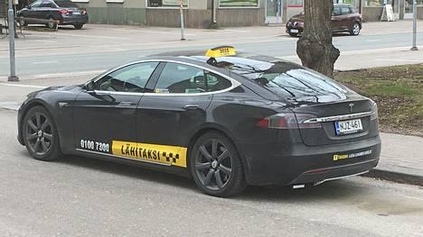 """Suomessa toimivat sähköautotaksit toimivat erinomaisina """"koekaniineina"""", kun puhutaan sähköautojen kestävyydestä vuosien ja kilometrien karttuessa. Tällä riihimäkeläistaksilla on ajettu alkuperäisellä ajoakulla pian 600 000 kilometriä. Matkan varrella akkua on jouduttu operoimaan tasan kerran."""