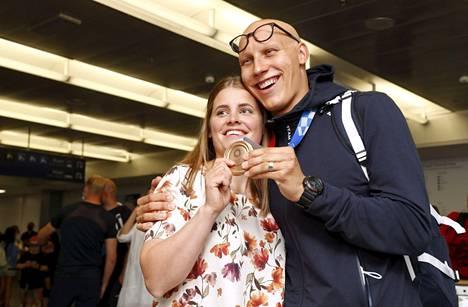 Pronssimitalisti Matti Mattsson sai onnittelut vaimoltaan Maijulta saapuessaan kotiin Tokion olympialaisista Helsinki-Vantaan lentoasemalla 30. heinäkuuta 2021.