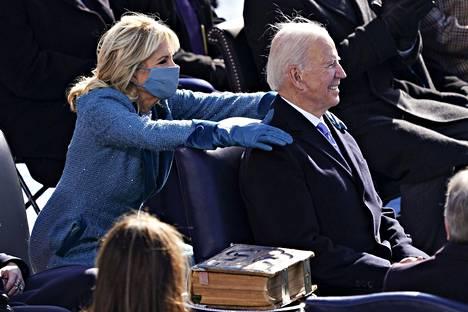 Jill Biden laittoi kätensä Joe Bidenin harteille virkaanastujaisissa ennen valan vannomista.