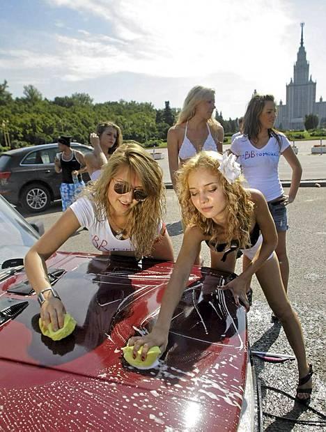 Putinin kannattajaksi tunnustautuneet nuoret naiset pesivät autoja ilmaiseksi.